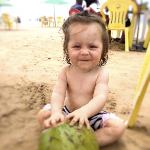 In Brasilien mit den Kindern eine Kokosnuss genießen